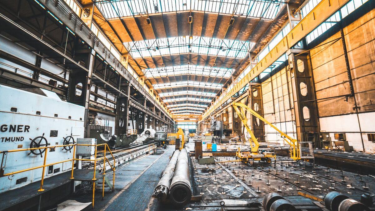 La producción industrial cae 2 % en noviembre y suma once meses en negativo
